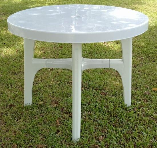 白色塑膠圓桌