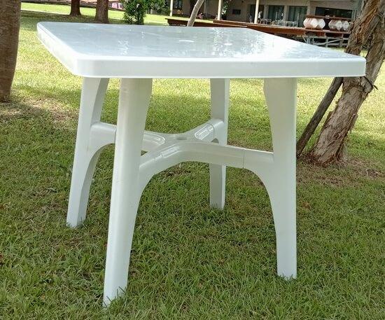 白色塑膠方桌